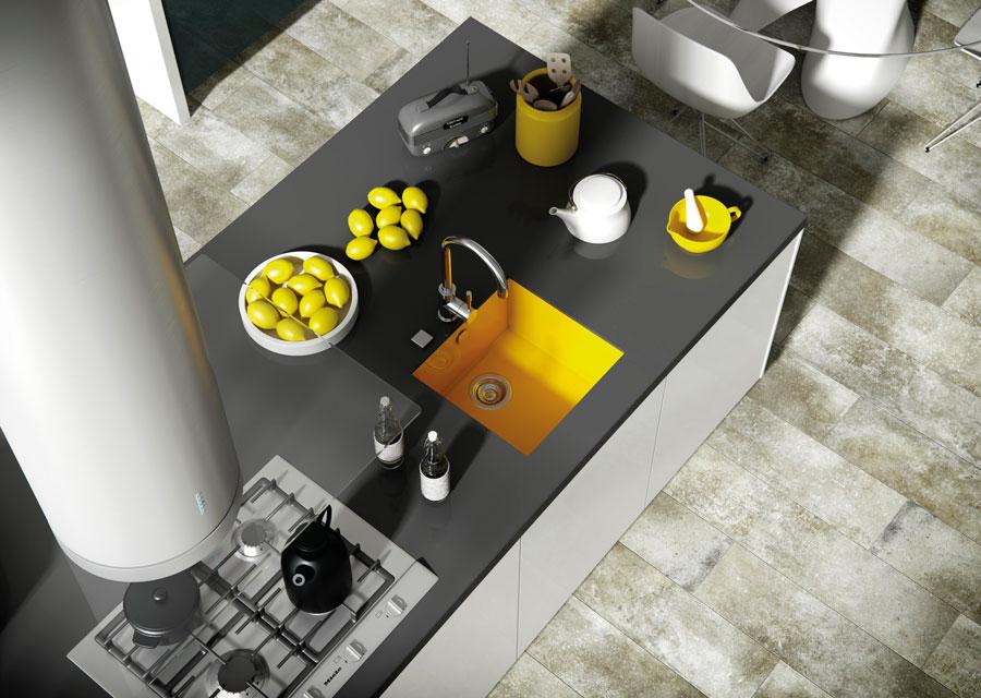 fregadero sintético en cocina de color amarillo