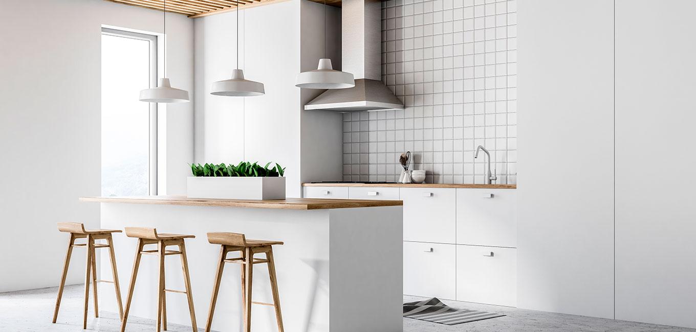 Cocina reformada moderna y minimalista en blanco