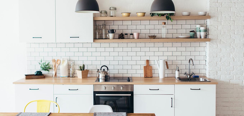 Banco de cocina reformada en madera y blanco